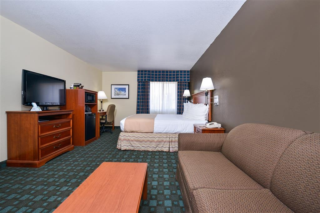 Best Western Canon City - Our spacious queen bed room include a microwave and refrigerator. We know you will enjoy a stay.