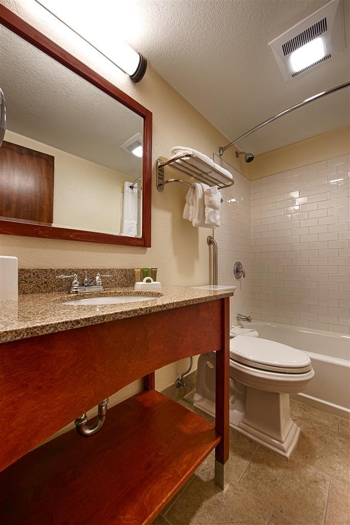 Best Western Plus Eagle Lodge & Suites - Standard Room Guest Bathroom