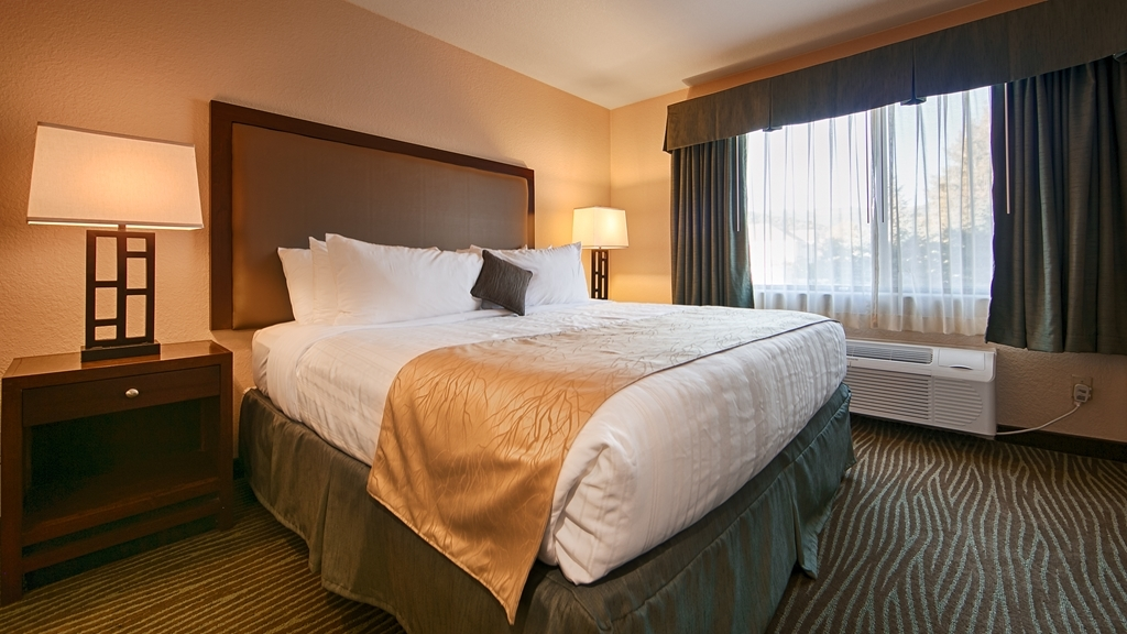 Best Western Plus Eagle Lodge & Suites - Sink into the comfort of our luxurious mattresses in our deluxe king rooms.