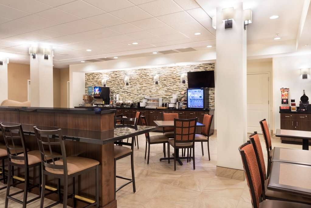 Best Western Plus Hudson Hotel & Suites - Community Table in Breakfast Area