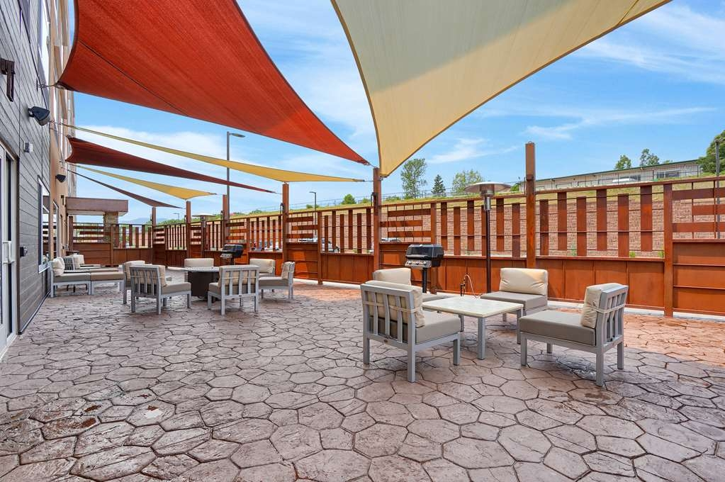 Best Western Plus Executive Residency Fillmore Inn - What more could you ask for; outside patio, grill and shade.