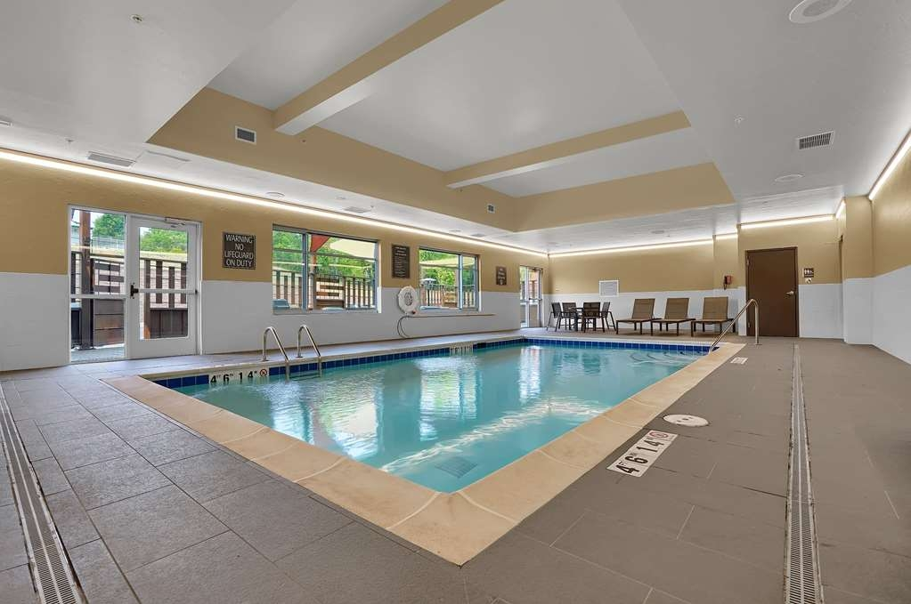 Best Western Plus Executive Residency Fillmore Inn - The indoor pool is perfect for swimming laps or taking a quick dip.