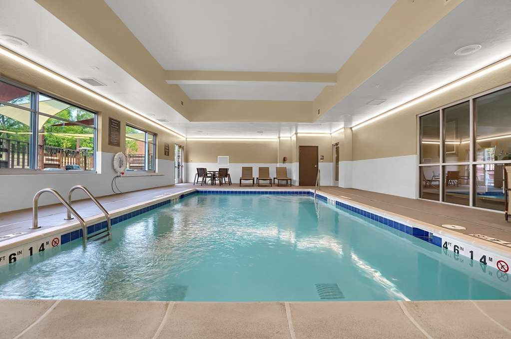 Best Western Plus Executive Residency Fillmore Inn - Splash around and have fun with the family in our indoor pool for endless hours of fun.