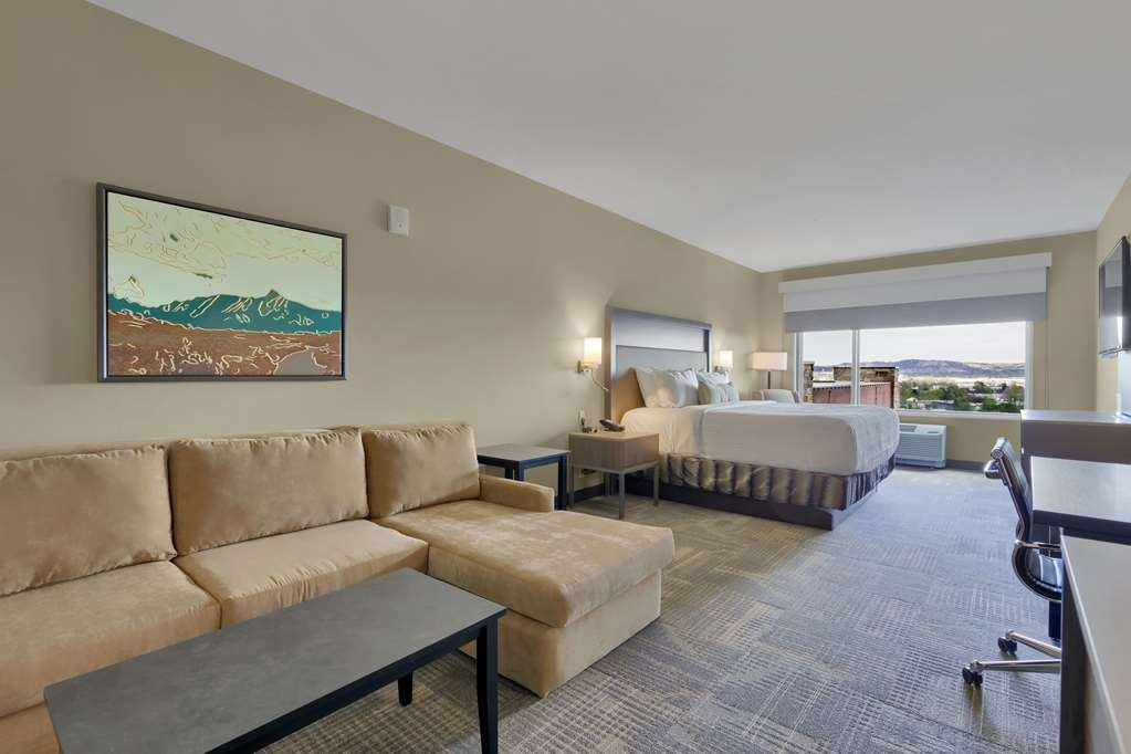 Best Western Plus Executive Residency Fillmore Inn - This suite king room offers plenty of space to work and sleep.