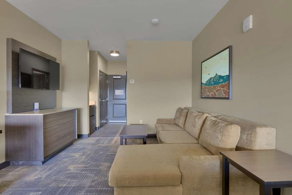 Best Western Plus Executive Residency Fillmore Inn - Catch up on your favorite TV show while sitting on the sofa in this king suite room.