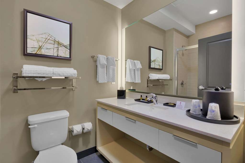 Best Western Plus Executive Residency Fillmore Inn - Enjoy getting ready for the day in our fully equipped guest bathrooms.