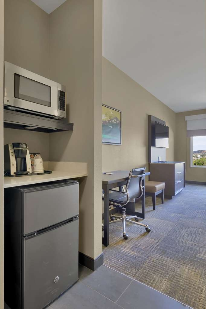 Best Western Plus Executive Residency Fillmore Inn - Stretch out and relax in the king room
