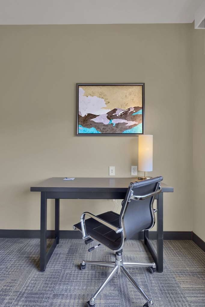 Best Western Plus Executive Residency Fillmore Inn - Be productive in the comfort of your own room with a large work desk and free WiFi access.