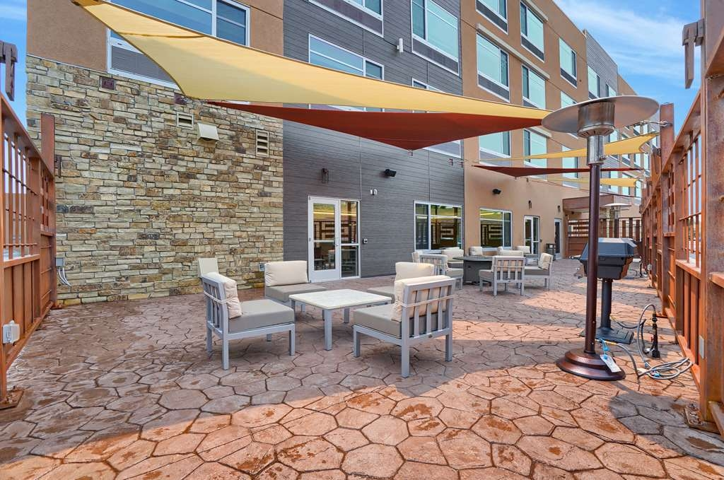 Best Western Plus Executive Residency Fillmore Inn - We offer an outside patio and grill area to help make your next event stress free.
