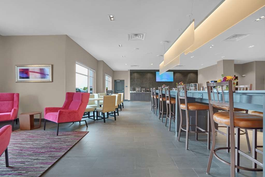 Best Western Plus Executive Residency Fillmore Inn - Community table for ample seating during breakfast, social events, or evening gatherings.