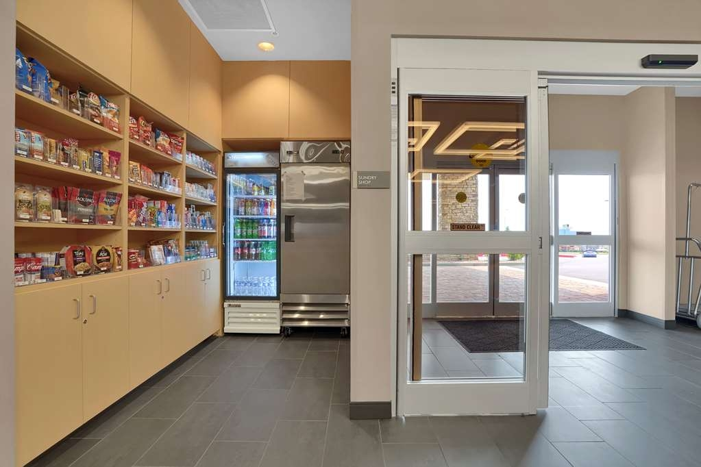 Best Western Plus Executive Residency Fillmore Inn - Craving a midnight snack? Stop by our sundry shop located on the 1st floor.
