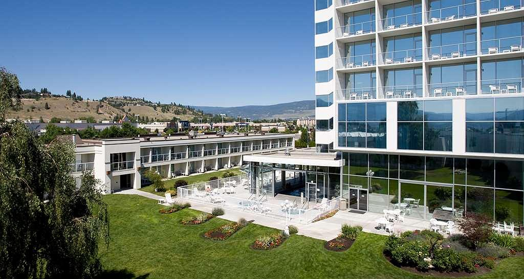 Best Western Plus Kelowna Hotel & Suites - Enjoy our beautiful courtyard during your stay.