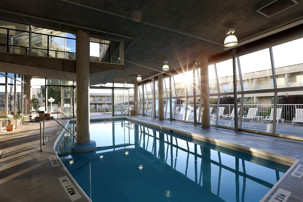 Best Western Plus Kelowna Hotel & Suites - Indoor pool and 2 outdoor hot tubs. In the summer season, our glass doors open to the courtyard area allowing an indoor/outdoor pool approach.