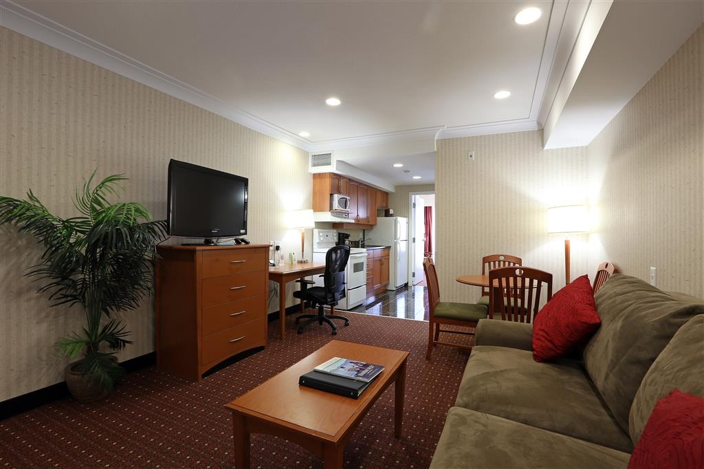 Best Western Plus Kelowna Hotel & Suites - This one bedroom suite has one queen bed, sofa bed in the living room, full kitchen with stove/oven, refrigerator and microwave.
