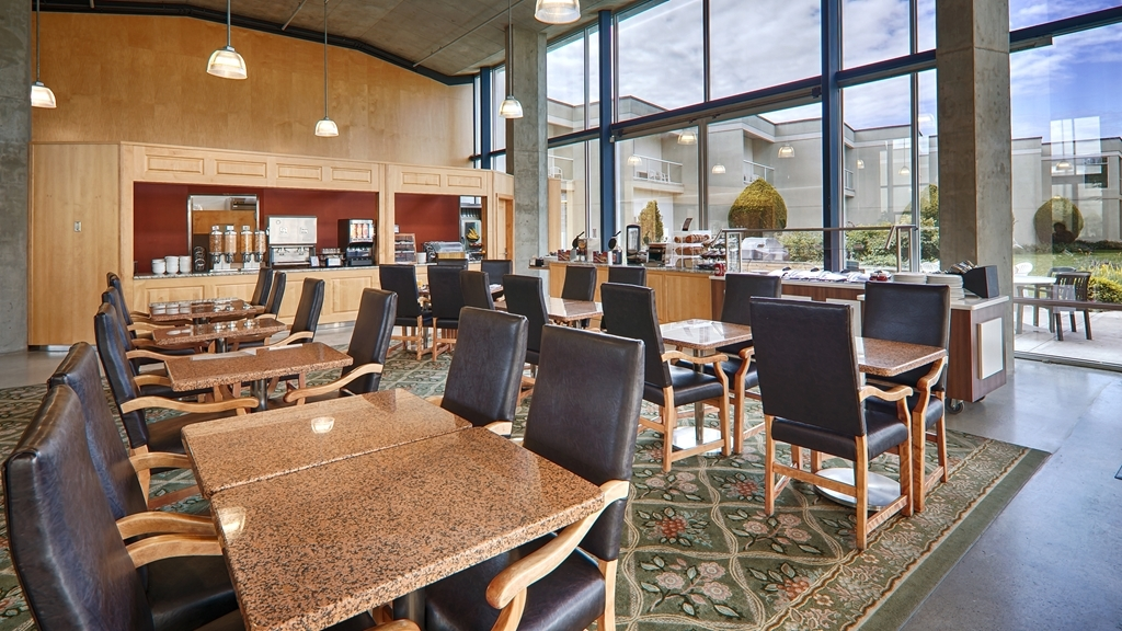 Best Western Plus Kelowna Hotel & Suites - Our Atrium is where we serve our complimentary hot breakfast buffet, a large room with plenty of natural lighting.
