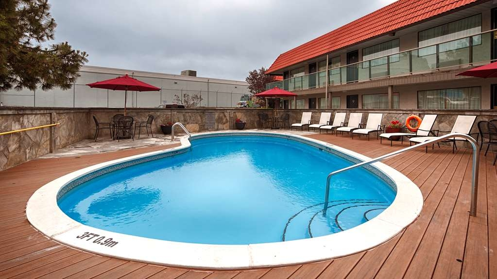 Best Western Plus Burnaby Hotel - Relax in our outdoor pool.