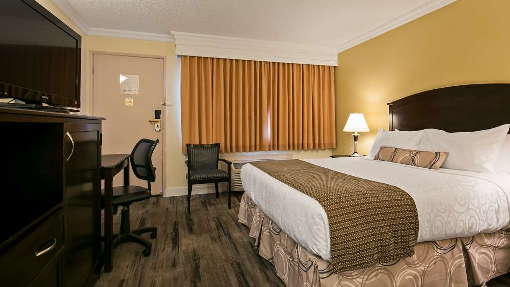Best Western Plus Burnaby Hotel - Guest Room with One Queen Size Bed