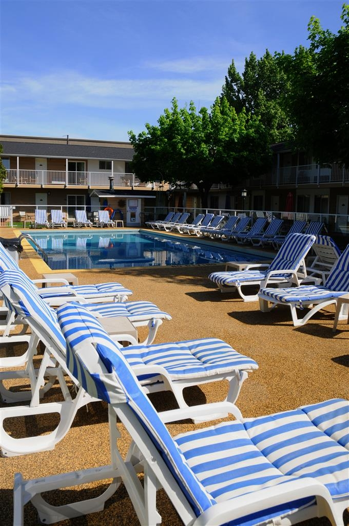 Best Western Inn at Penticton - Our beautiful outdoor pool and sundeck.