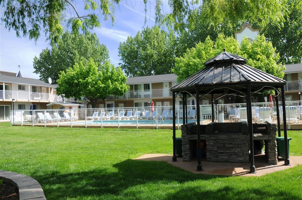 Best Western Inn at Penticton - Our beautiful courtyard, bbq, and outdoor pool!