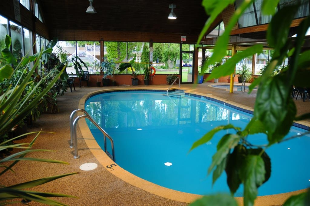 Best Western Inn at Penticton - Piscina coperta e idromassaggio.