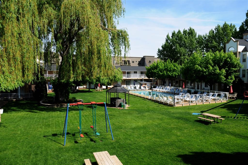 Best Western Inn at Penticton - Our spacious 1.5 acre courtyard.