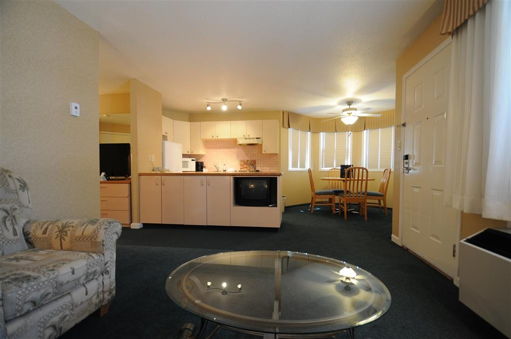 Best Western Inn at Penticton - Queen Executive Suite or standard room with Sofabed & Kitchenette