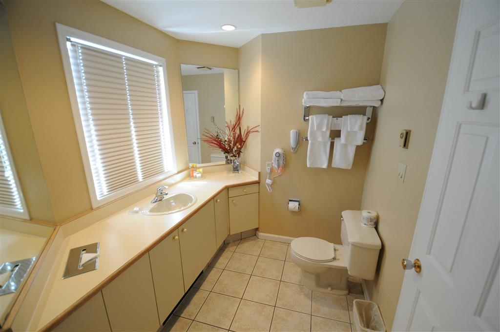 Best Western Inn at Penticton - Executive Suite Guest Bathroom