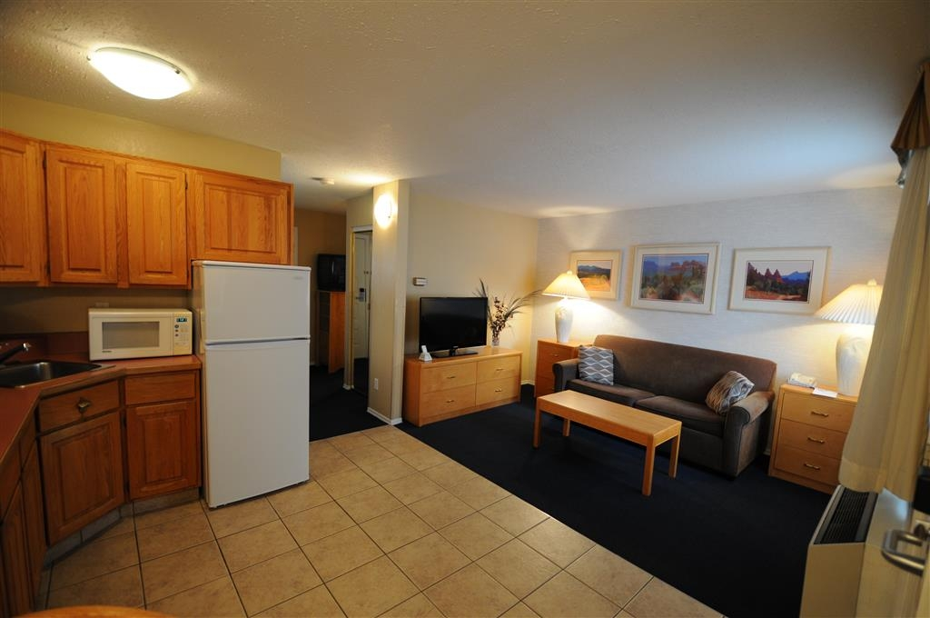 Best Western Inn at Penticton - Executive Suite Sitting Area