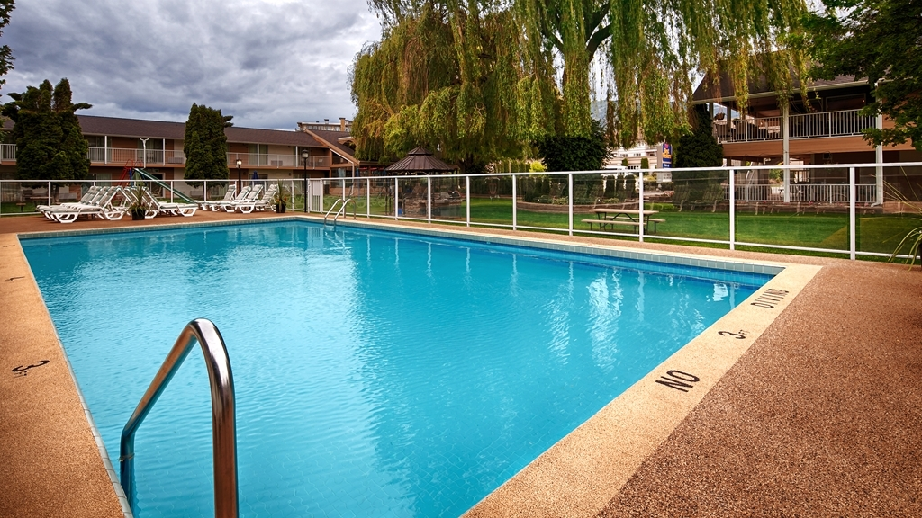 Best Western Inn at Penticton - Splash around and have fun with the family in our outdoor pool for endless hours of fun.