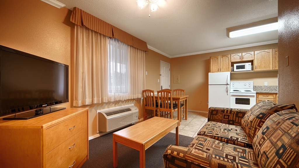 Best Western Inn at Penticton - Settle in for the evening and relax in our cozy suite living area.