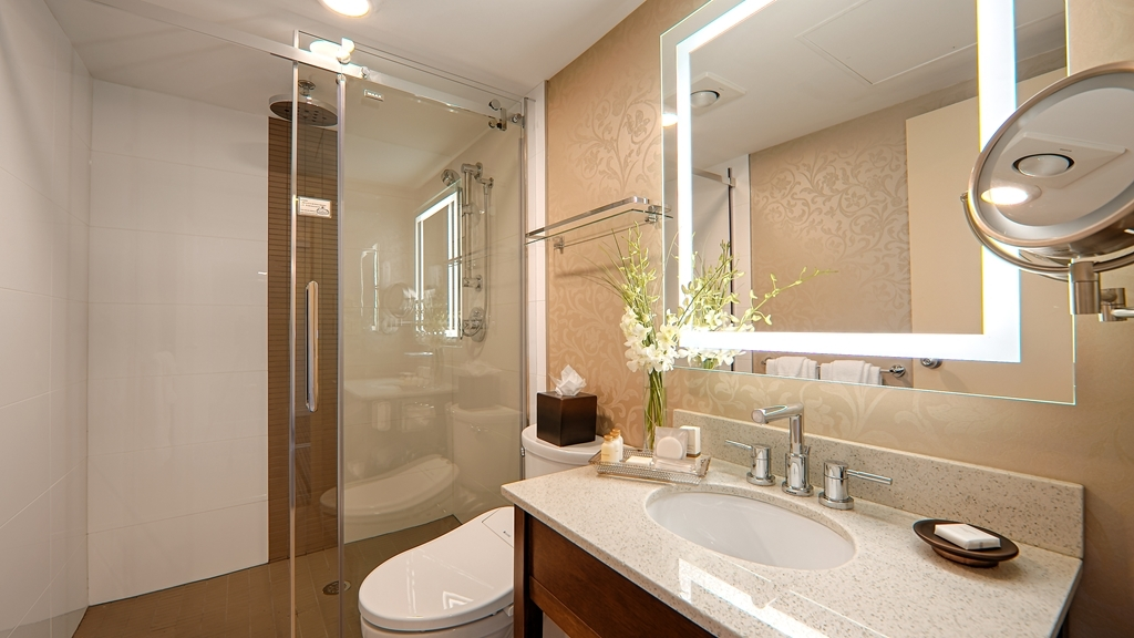 Best Western Plus Chateau Granville Hotel & Suites & Conference Ctr. - Freshen up in our guest bathroom.