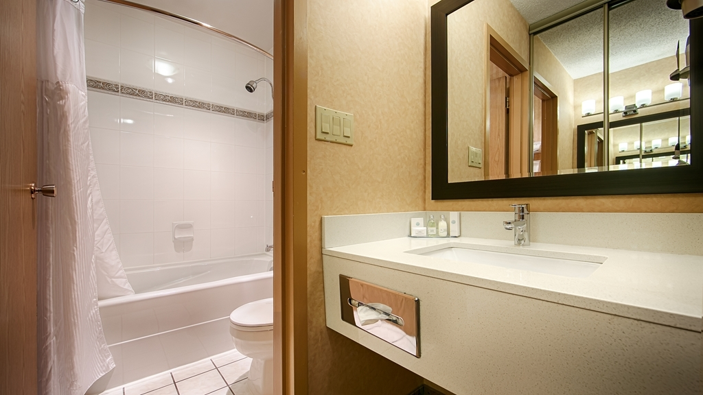 Best Western Plus Langley Inn - Enjoy getting ready for a day of adventure in this fully equipped guest bathroom.