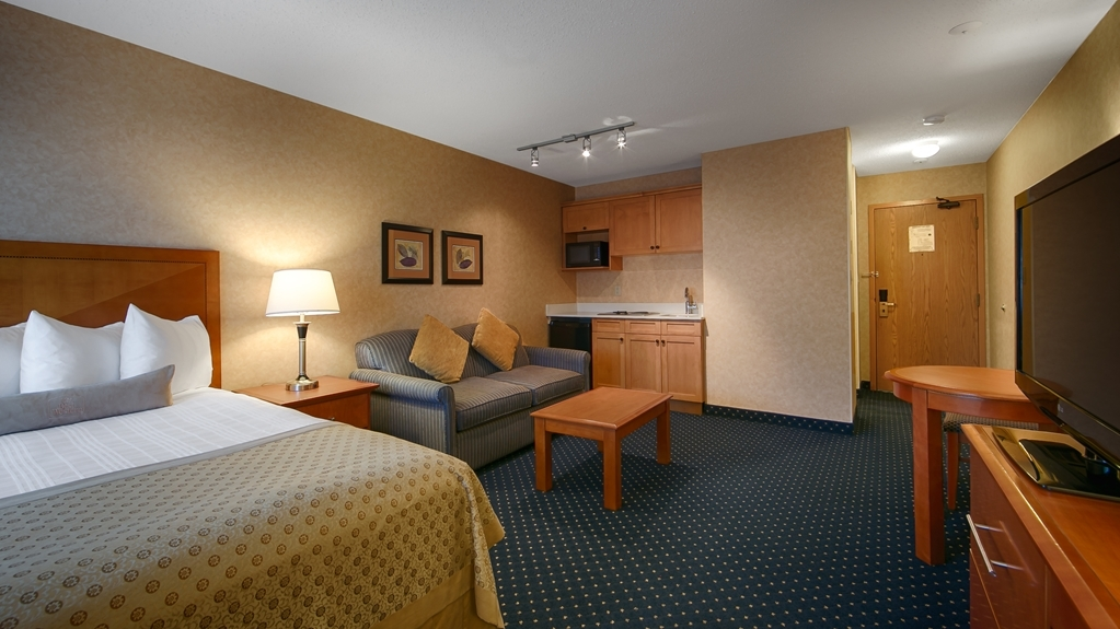 Best Western Plus Langley Inn - This Queen room has all the comforts of home including a kitchenette and pull out sofa.