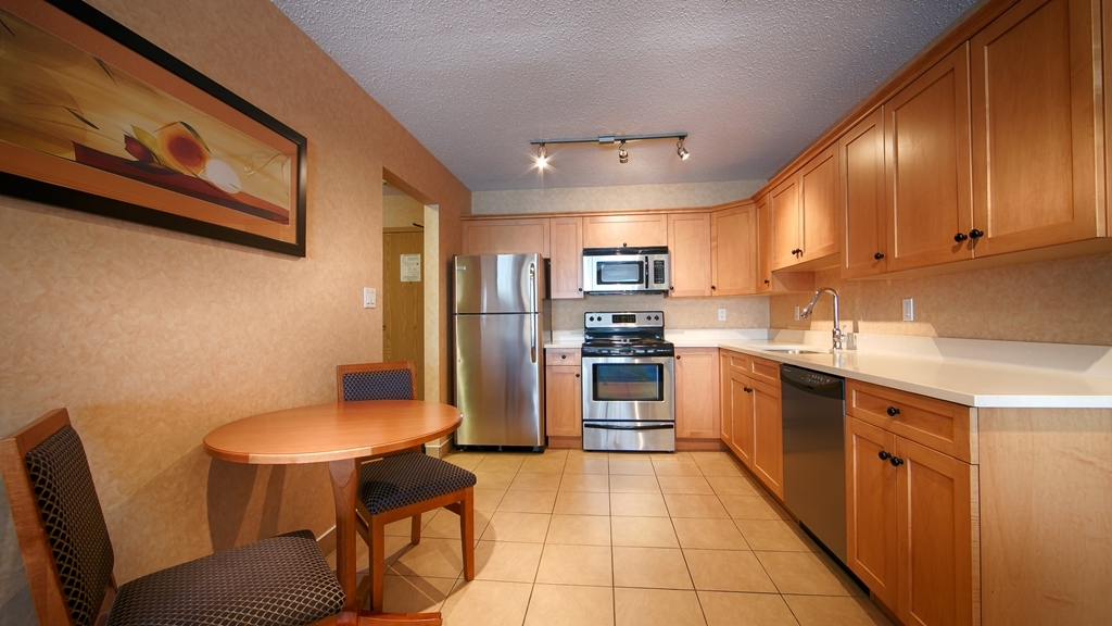Best Western Plus Langley Inn - Need a home away from home? This room type features a full kitchen.