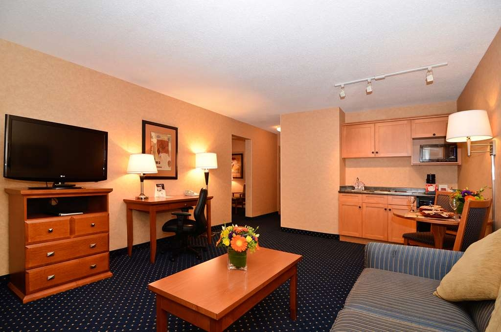 Best Western Plus Langley Inn - Spend some time after a hectic day in the living room featured in our king mini suite.