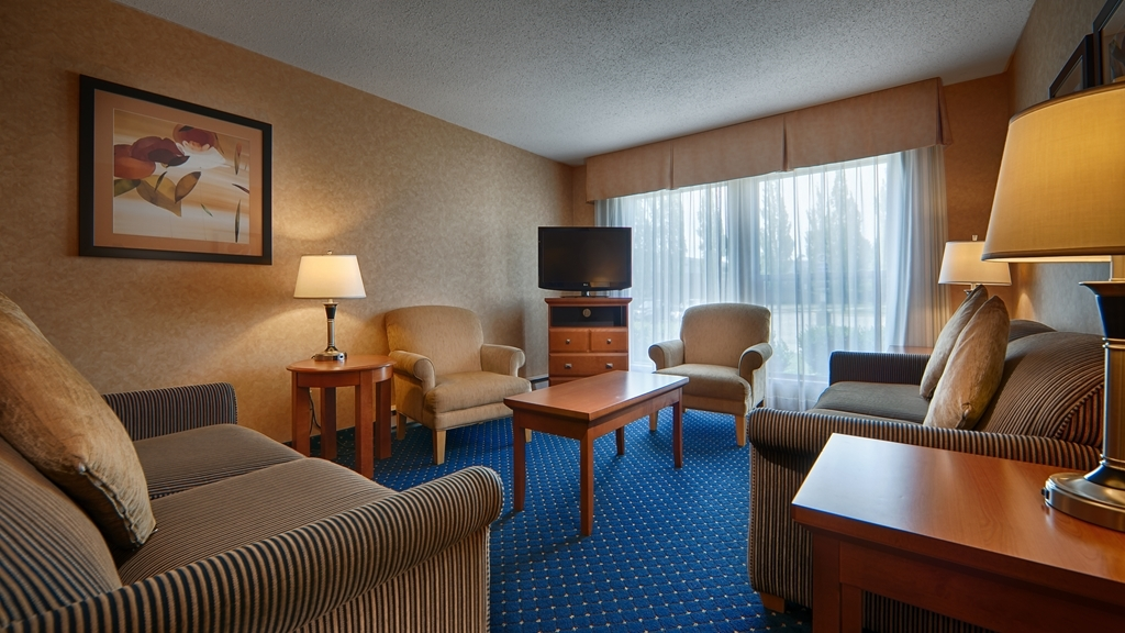 Best Western Plus Langley Inn - Use the separate living room in your guest room for entertaining and keep your sleeping area private.