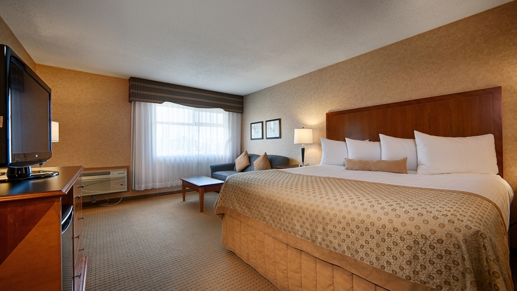 Best Western Plus Langley Inn - Spend some time after a hectic day in the living room featured in our King guest room.