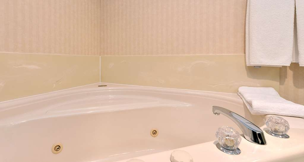 Best Western Plus Emerald Isle Hotel - One King Bed Guest Room with Seating Area and Large Two Person Jetted Tub