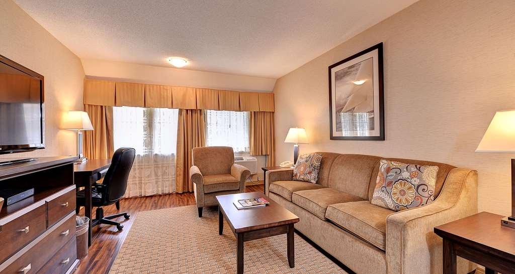 Best Western Plus Emerald Isle Hotel - One Queen Bed Suite with Living Room and Kitchen