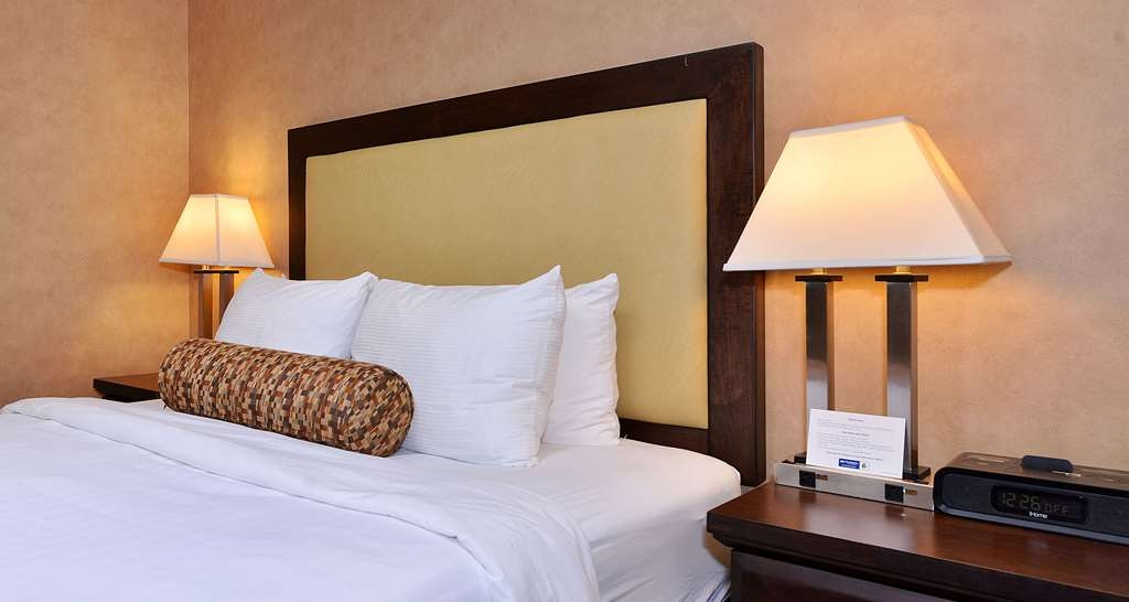Best Western Plus Emerald Isle Hotel - One Queen Suite with Living Room and Kitchen
