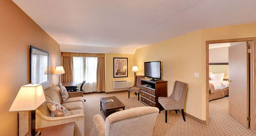 Best Western Plus Emerald Isle Hotel - One King Bed Suite with Living Room