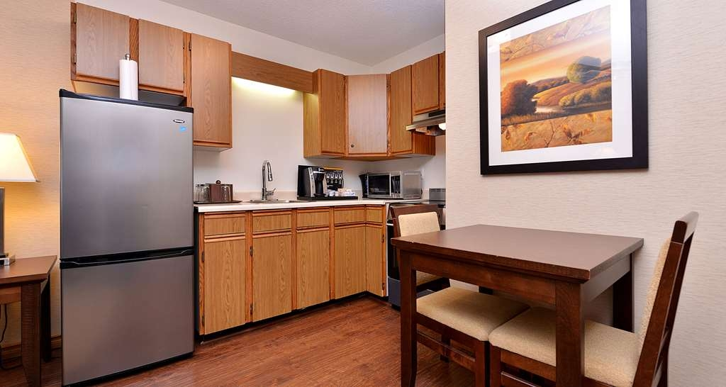 Best Western Plus Emerald Isle Hotel - Suite with Living Room and Kitchen