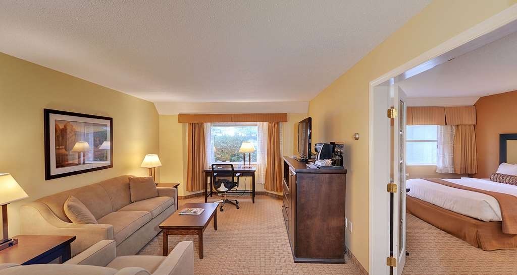Best Western Plus Emerald Isle Hotel - Two Queen Bed Suite with Living Room