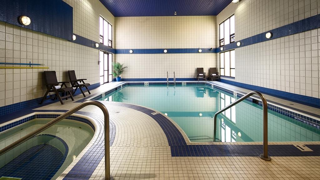 Best Western Plus Regency Inn & Conference Centre - piscina cubierta