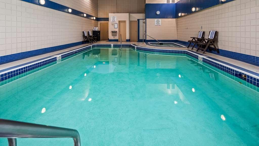 Best Western Plus Regency Inn & Conference Centre - Vista de la piscina