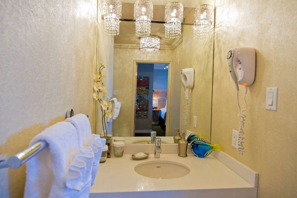 Best Western Plus Inner Harbour - Luxuriously renovated bathroom vanity of our one bedroom Penthouse Suite