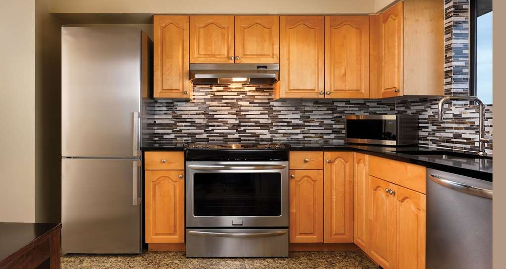 Best Western Plus Inner Harbour - Well-equipped Kitchen of One-Bedroom Penthouse