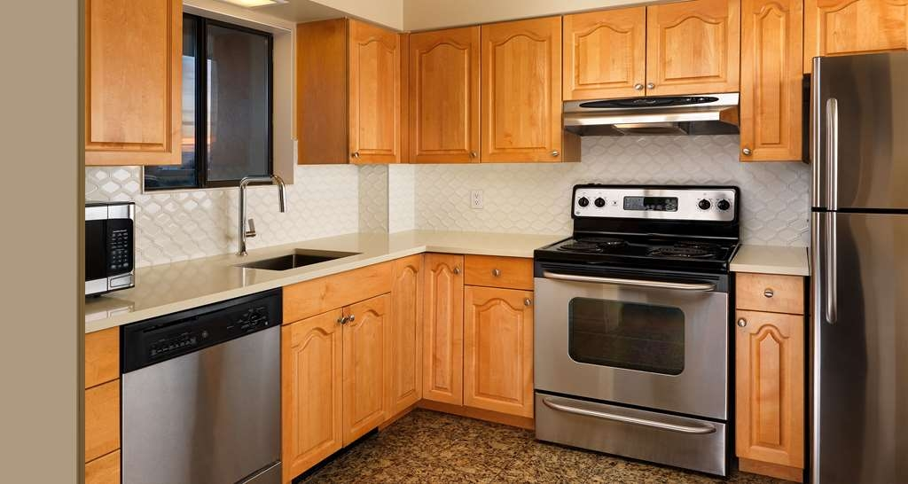 Best Western Plus Inner Harbour - Well-equipped large kitchen of the Two-Bedroom Penthouse