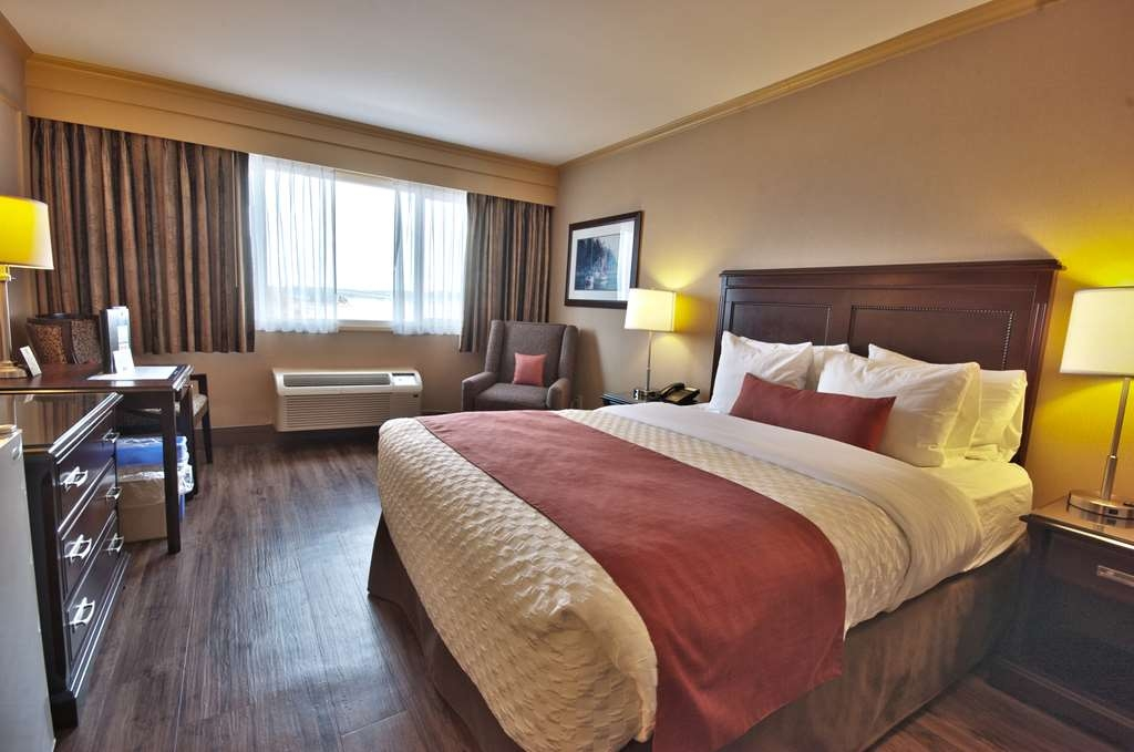 Best Western Dorchester Hotel - Standard Queen Harbor View-Picturesque Harbour view, 1Queen bed, 1 Parson table with 2 chairs, Complimentary Coffee/Tea Maker, Flat Screen TV, Fridge, Iron/Iron Board