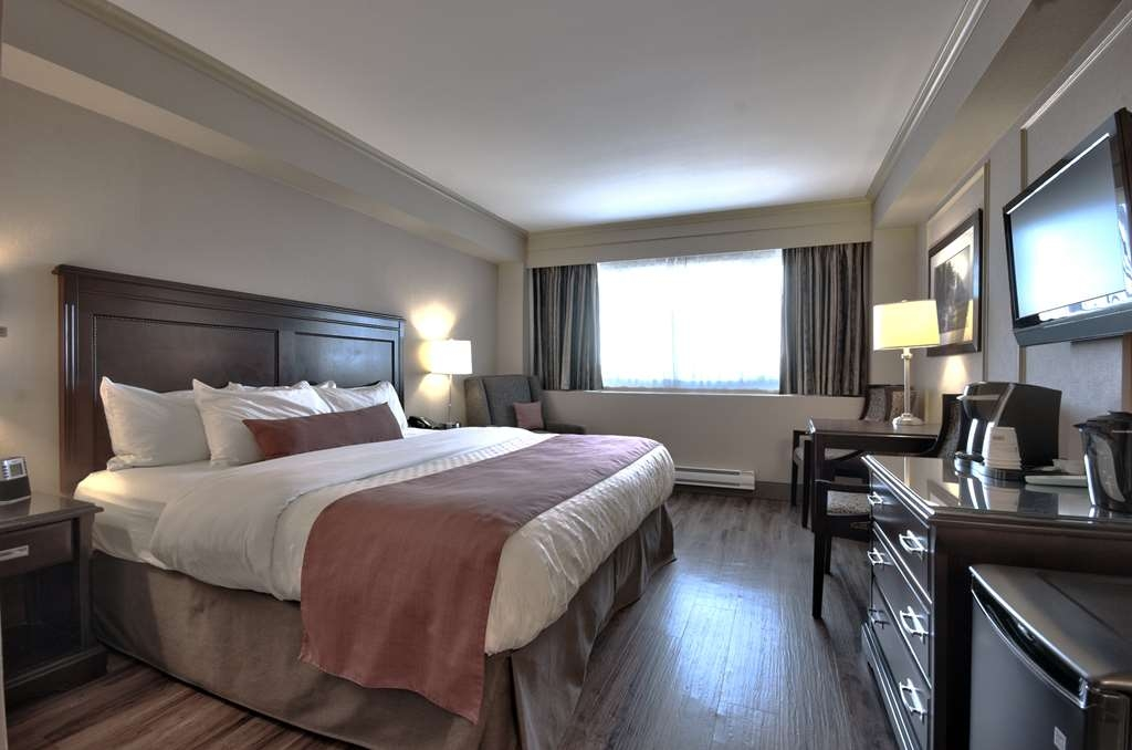 Best Western Dorchester Hotel - Standard King room with Harbour view, One King bed, One Parson table with two chairs, Complimentary Coffee/Tea Maker, Flat Screen TV, Fridge, Iron/Iron Board